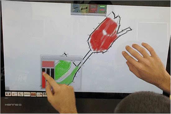 2 personnes travaillant sur ecran interactif