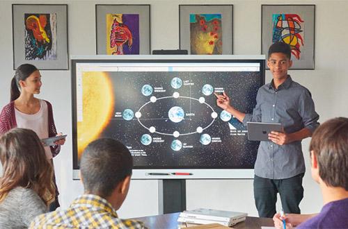 L'écran interactif permet de prendre le contrôle d'un ordinateur