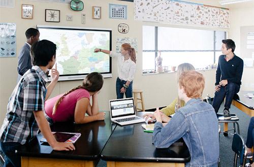 La collaboration se fait au travers de l'ordinateur et de l'écran interactif