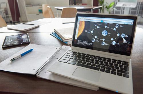 Il est possible de connecter un ordinateur à l'écran interactif