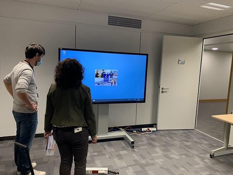 écran interactif dans un  service des douane à Ivry sur Seine